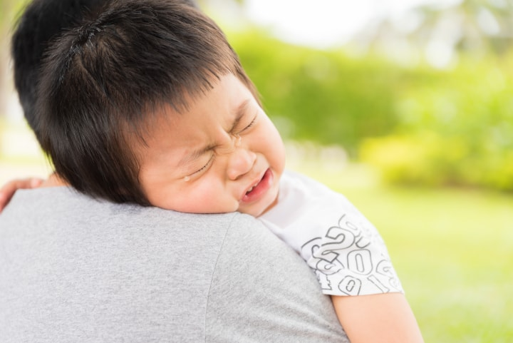 Child cries on adult shoulder - sensitive period