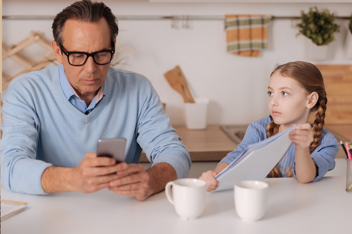 dad uses cellphone and ignores girl is uninvolved parents